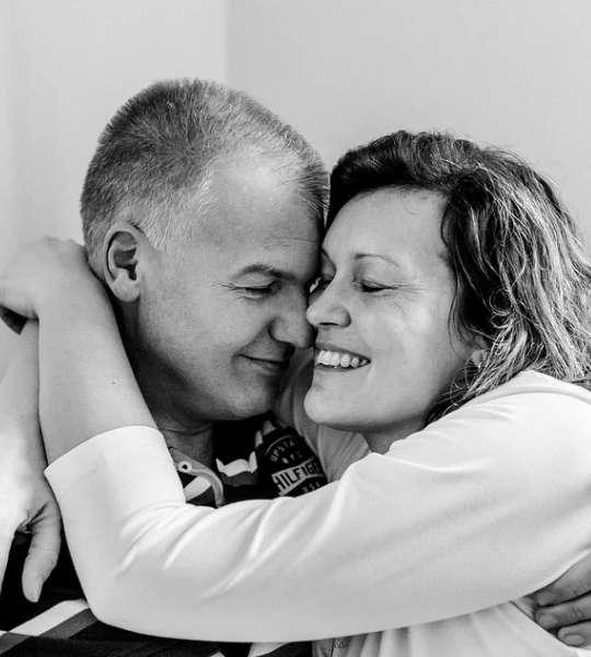Alma gêmea existe - Casal meia idade se beijando abraçados