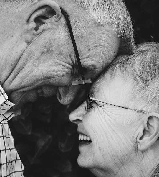 Almas gêmeas separadas que se encontram - Casal idoso abraçado