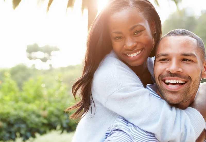 Quero encontrar minha alma gêmea - o que fazer? Casal abraçado após o encontro emocionante!