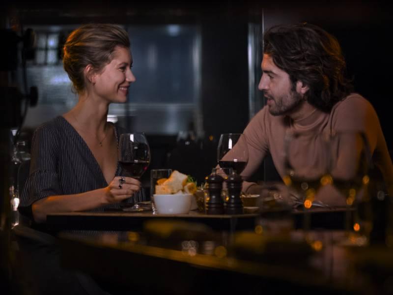 Site de encontro casual sofisticado - Casal no restaurante